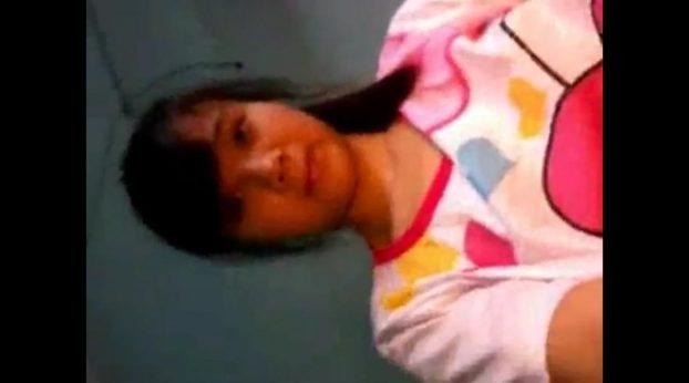 Colegiala china se pajea después de quemar el muñeco