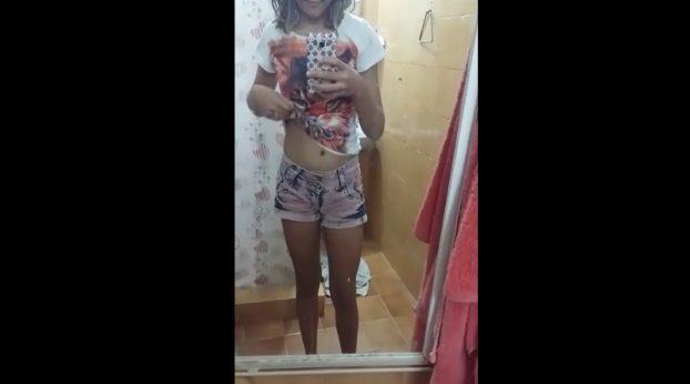 Nena grabandose desnuda frente al espejo