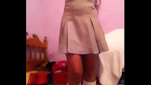 Chiquilla llega de la escuela para grabarse