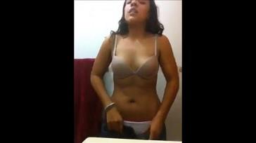 Colegiala desnuda con los pezones hinchados