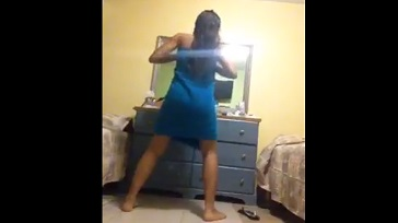 Jovencita desnuda bailando al ritmo de reggaeton 364x204