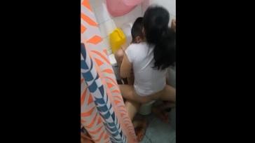 Cachando en el baño 364x204