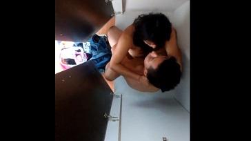 Parejita Cachando en el baño a escondidas 364x204