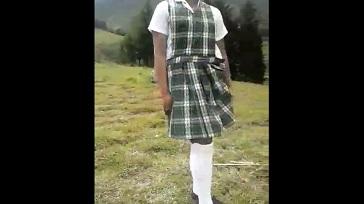 Colegiala mostrando su calzon en el campo 364x204